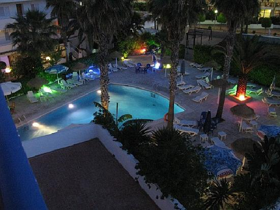 Hostal Mar y Huerta: Pool at night
