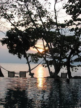 The Chill Resort & Spa, Koh Chang: Poolende am Strand bei Sonnenuntergang