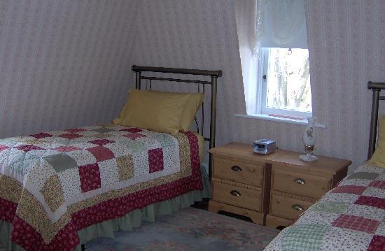 Newboro House Bed & Breakfast: The Kilborn Room (second floor, twin beds)