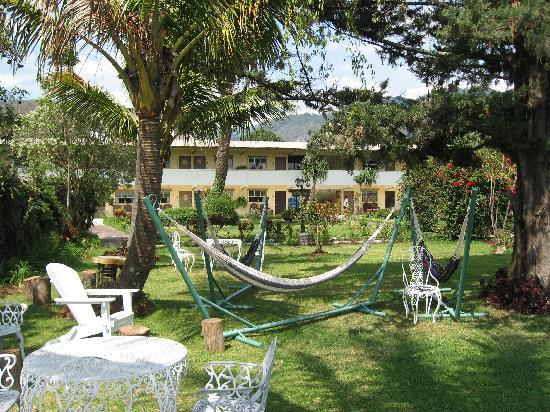 Jardines del Lago: Big yard on the lake. Hammocks, chairs