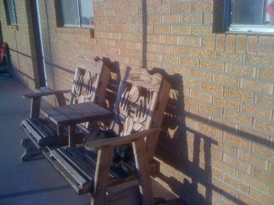 San Jon Motel: Porch chairs all around, complete with kitty basking in the sun