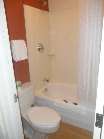 Red Roof Inn Philadelphia Trevose: Small bathroom but it does its job