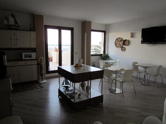 La Terrazza Sul Porto Guest House: La sala da pranzo con accesso alla terrazza