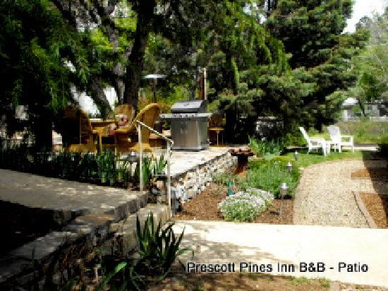 Prescott Pines Inn Bed and Breakfast: Patio & Gardens