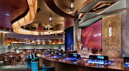 Choctaw Casino Resort: Diamondback Lounge offers full bar service and free entertainment