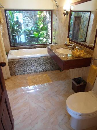 Cham Villas: Beachfront bungalow bathroom