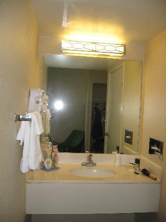 Red Roof Inn & Suites Atlantic City: bathroom sink