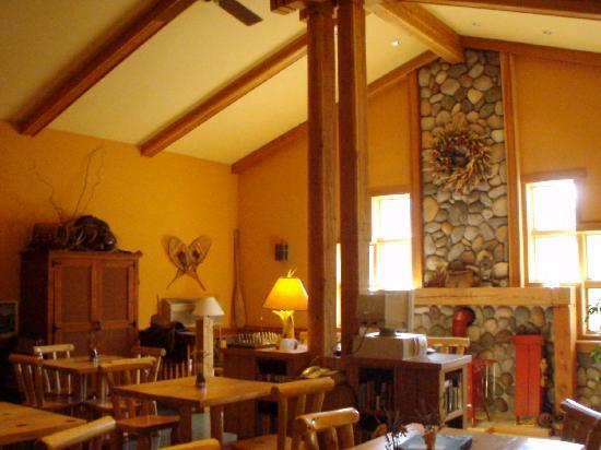 ‪‪Chewuch Inn & Cabins‬: Inside main lodge breakfast area‬