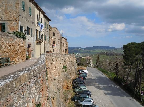 B&B Rossellino City View: parking outside wall of Pienza