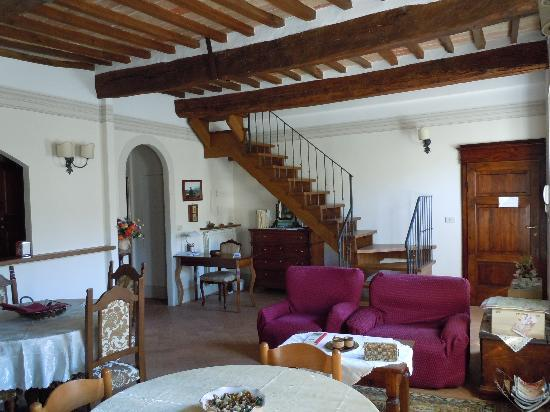 B&B Rossellino City View : breakfast area & stairs up to terrace