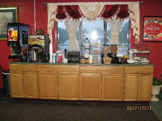 Econo Lodge Lansing - Leavenworth: good breakfast selection. notice ice tube in milk pitcher.