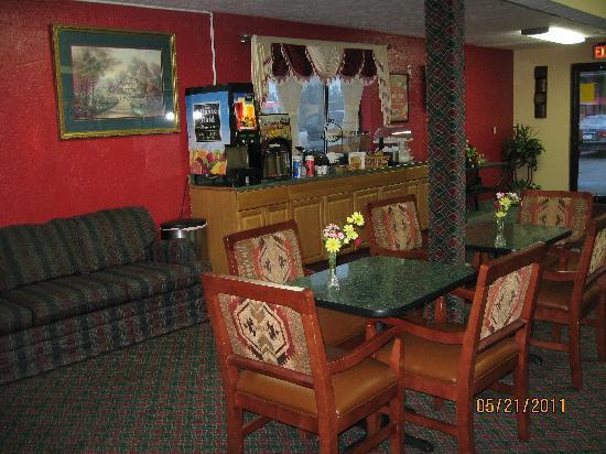 Econo Lodge Lansing - Leavenworth: nice breakfast sitting area