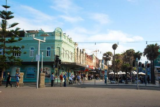 Manly Beach: Shops are so close