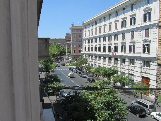 Hotel Dei Consoli: View of street from room, Vatican at end of the street.