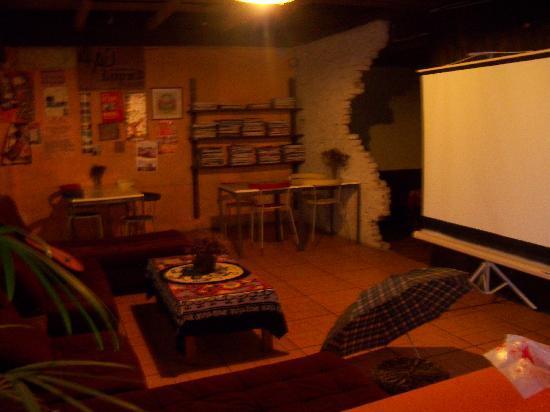 How Flowers Youth Hostel: Le coin 'vidéo' de la salle commune.