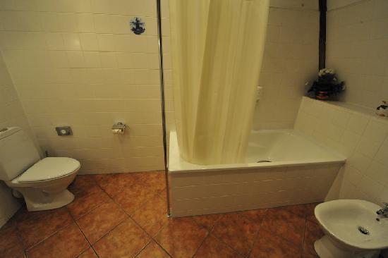 Hotel Gutenbergs: Spacious bathroom off bedroom