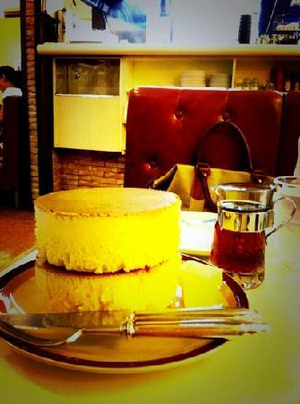 Iwata Coffee: ジョンレノンとオノヨーコも愛したホットケーキ。一枚目はそのまま、二枚目はシロップとバターをのせて♪