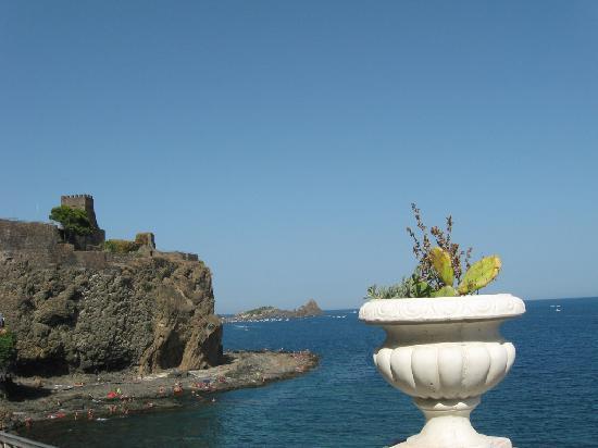 Aci Castello : Il castello da lontano
