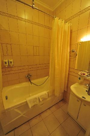 Comfort Hotel: Large bathroom also included heated towel rack