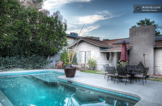 ZenYard Uptown Inn: Beautiful Salt Water pool is soft and boyant