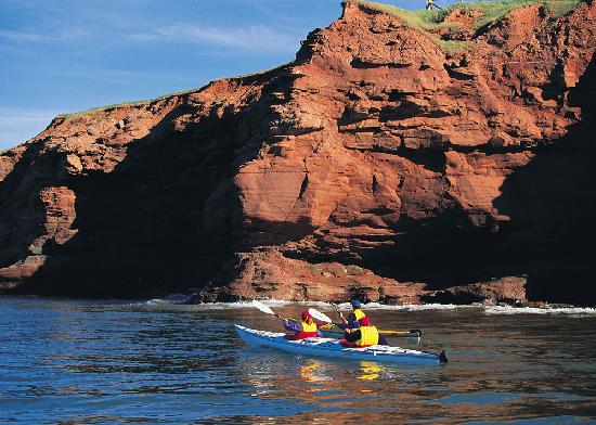 Isla del Príncipe Eduardo, Canadá: A scenic kayaking tour by the cliffs at Cape Tryon