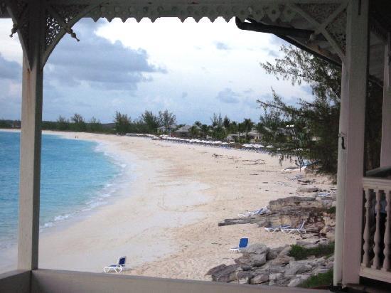 Club Med Columbus Isle: Vue de l'ensemble de la plage à partir du restaurant annexe...