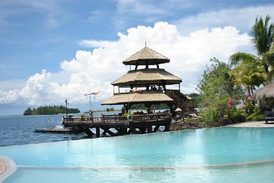 Pearl Farm Beach Resort: The infinity pool