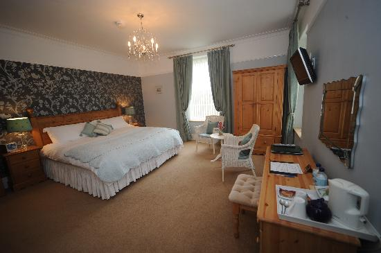 Llys Aeron Guest House: Unwind in this calming room overlooking the garden. And you can even see the sea!