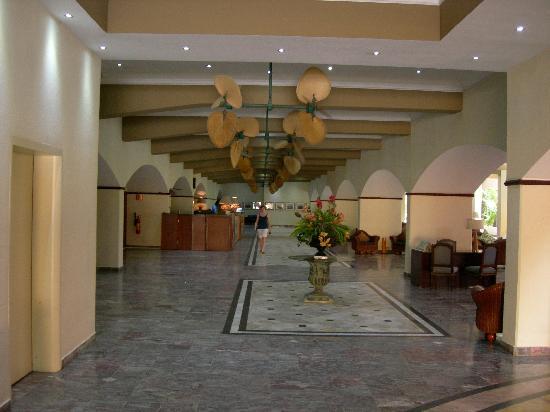Plaza Hotel Curacao: de entree van het hotel - geweldig