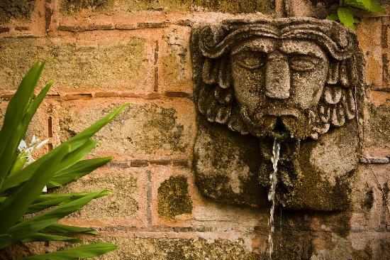 La Quinta Troppo: Wall fountain
