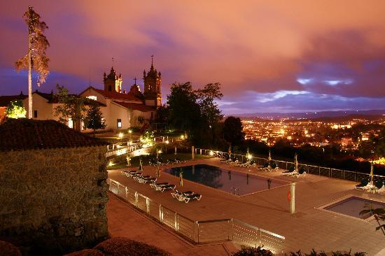 Pousada Mosteiro Guimarães: Exterior view @ night
