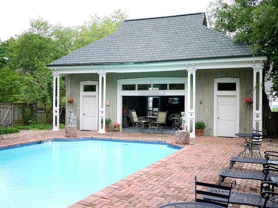 Anchuca Historic Mansion & Inn: Pool area