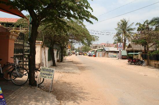 New Angkorland Hotel: Nebenstraße zum Hotel in Richtung Pub Street
