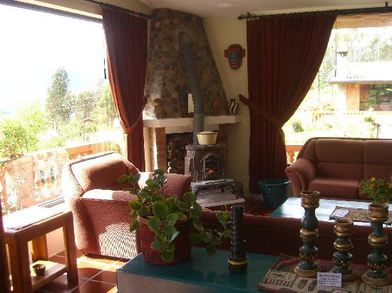 Ali Shungu Mountaintop Lodge: Cozy living room with wood burning stove