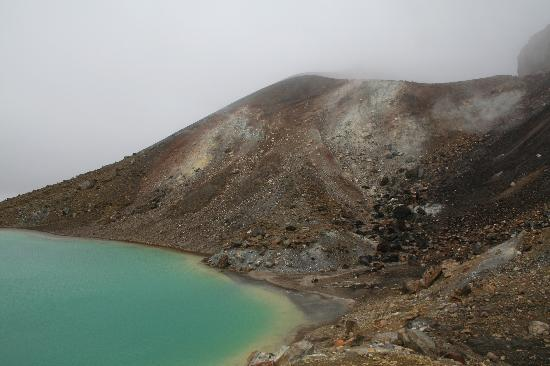 Adventure Lodge & Motel: Run-off of sulfur and other minerals from Red Crater into first of three Emerald Lakes