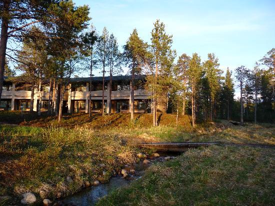 Tradition Hotel Kultahovi Inari: vista del hotel desde el rio Juutuanjoki