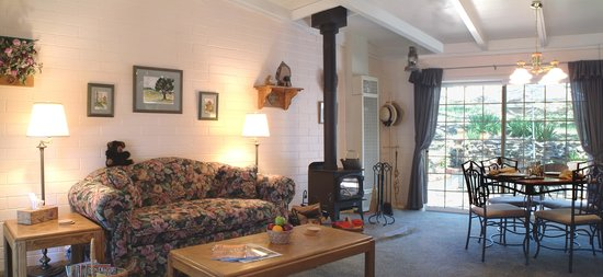 Black Oak Cabin: The living room & dining area have views out to the rear brick patio and hillside.