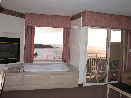 North Cliff Hotel: Jacuzzi with a harbor view.