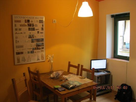 Inside Barcelona Apartments Vidreria: dining and kitchen area