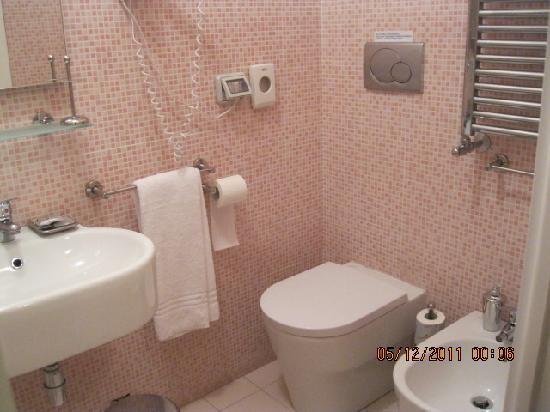 Roman Terrace: bathroom