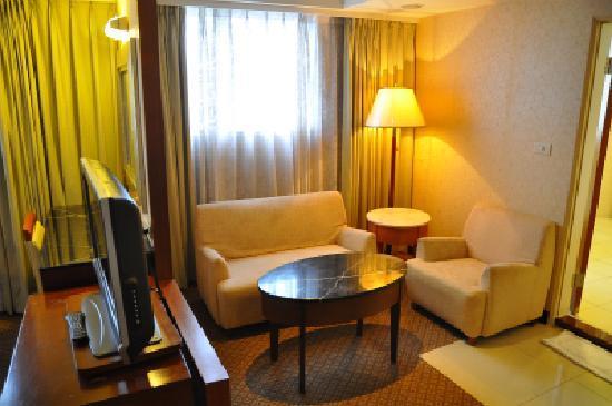 Unite Hotel: 部屋に入った所のソファ