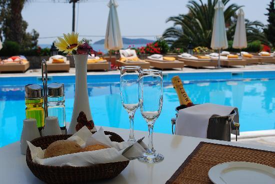 Aegean Suites: Meal beside the Pool