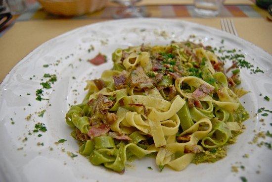 Trattoria Toscana Al Vecchio Forno: Pasta ai carciofi pistacchi e prosciutto