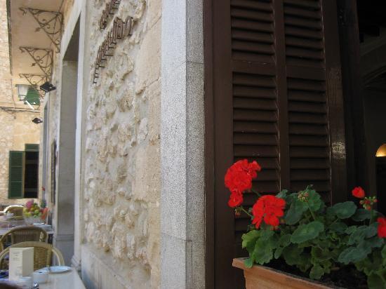 Restaurant il Giardino: Flowers in the Window