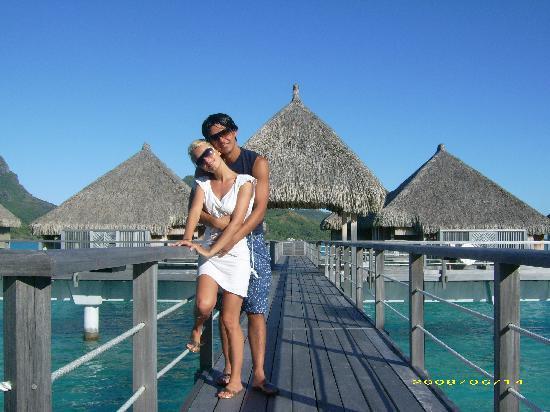 The St. Regis Bora Bora Resort : davanti le camere