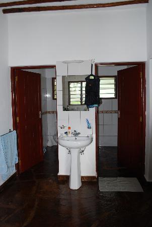 Simba + Oryx Beach Cottages: Dusche und WC