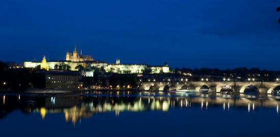 Prague, Czech Republic: Vista nocturna del castillo