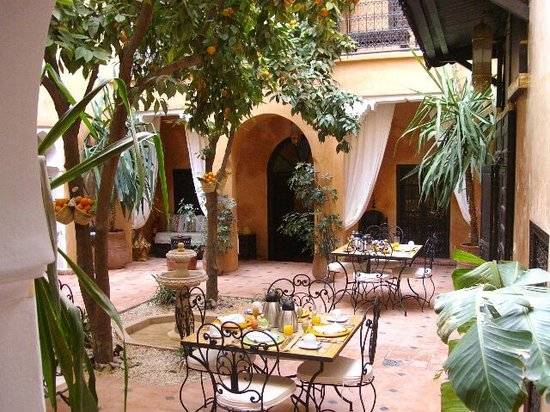 Riad Des Orangers: Patio et espace repas