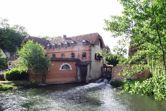 Condeau, Francja: The Moulin, water wheel and weir from the stone road bridge
