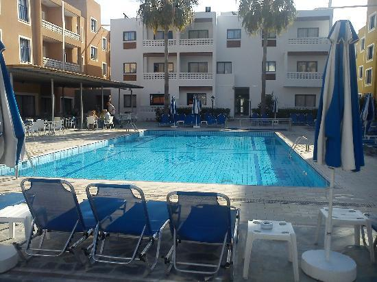 Damon Hotel Apartments: the pool